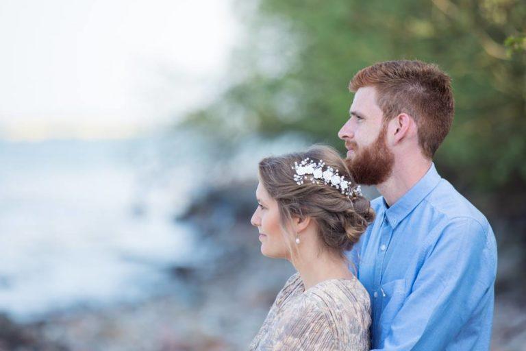 Brautpaar an der Küste