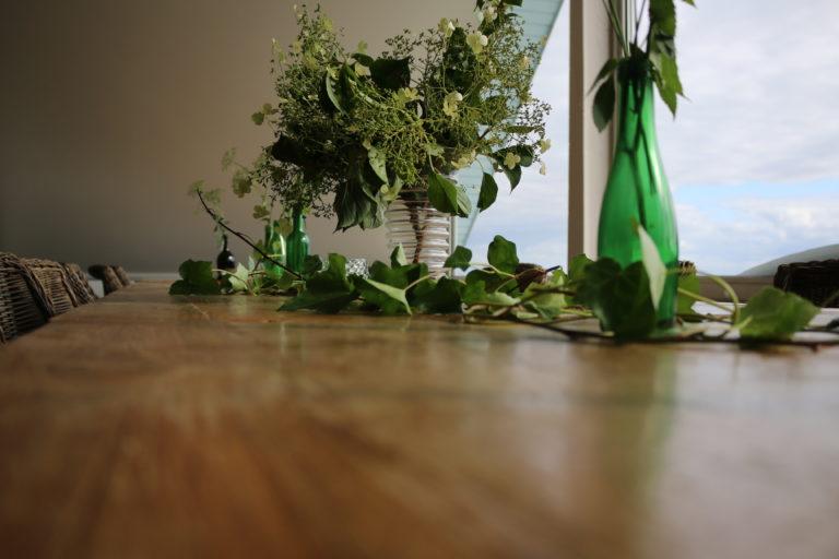 Holztisch mit Blumendeko